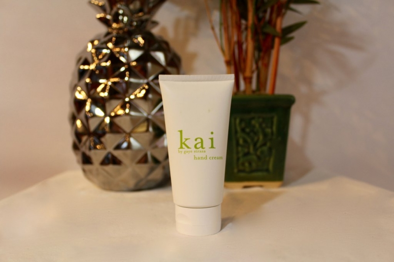 Kem dưỡng tay Kai sẽ mang đến cho bạn hiệu quả làm mềm tuyệt đối cùng mùi hương cây dành dành đầy mê đắm.