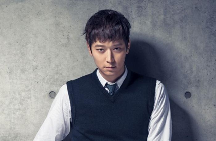 Kang Dong Won sở hữu những đường nét gai góc hút mắt