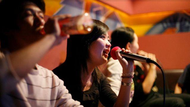 karaoke Hoa Đà được đầu tư những trang thiết bị hiện đại, hình ảnh và chất lượng âm thanh sống động