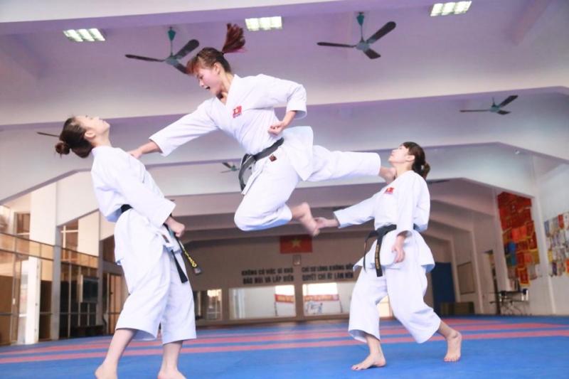Luyện tập Karatedo để tăng cường khả năng tự vệ và sức khỏe cho mình.