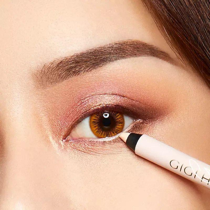 Cách kẻ viền mắt dưới với eyeliner trắng