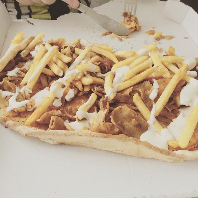 Pizza của Thụy Điển còn ăn kèm với cả khoai tây chiên.