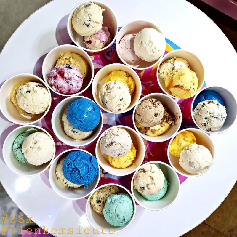 Tại đây, bạn có thể ăn kem ốc quế hoặc kem ly tùy ý, giá thành tuy cao nhưng hoàn toàn xứng đáng với chất lượng