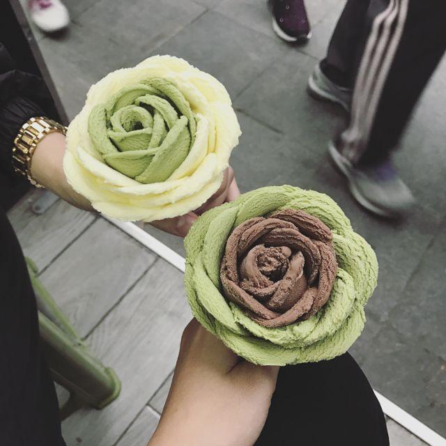 Một đóa hoa hồng bằng kem socola xinh xắn thơm ngon sẽ khiến các tín đồ socola phát cuồng