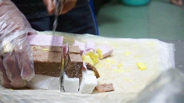 Những tảng kem được cắt thành từng viên nhỏ nhiều màu sắc bắt mắt