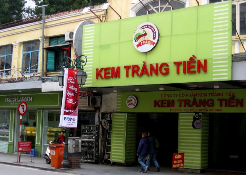 Cửa hàng kem Tràng Tiền mang màu xanh đặc trưng