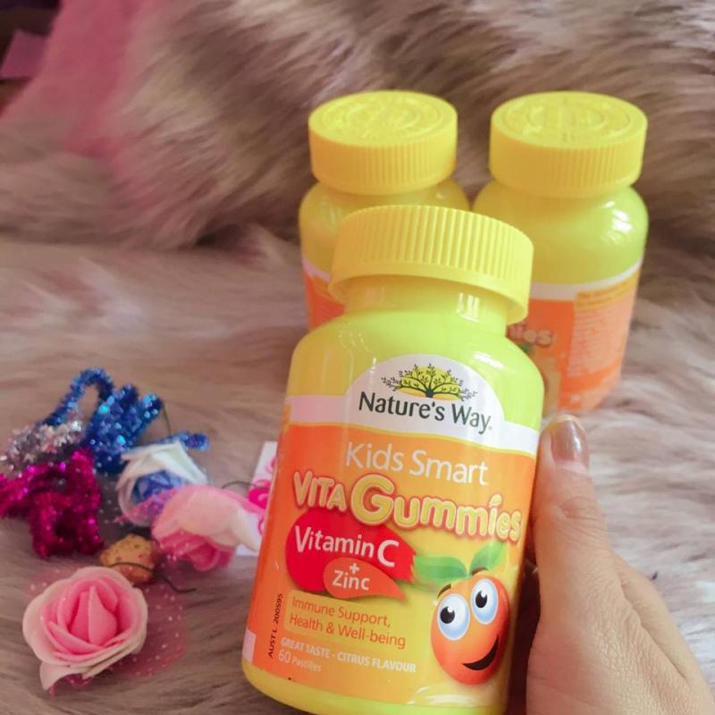 Vita Gummies Vitamin C + ZinC dành cho trẻ trên 2 tuổi, là sự kết hợp hoàn hảo giữa vitamin C và kẽm.