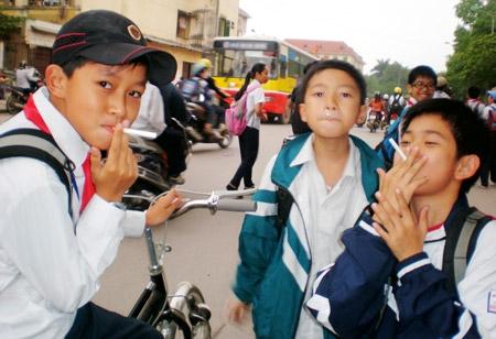 Các học sinh thích thú với trò chơi mới giả hút thuốc lá.