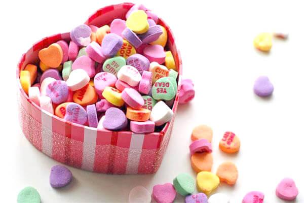 Chỉ với những viên kẹo nhỏ xinh do người bạn thân tặng cũng đã khiến cô ấy mỉm cười ngọt ngào cả ngày rồi.