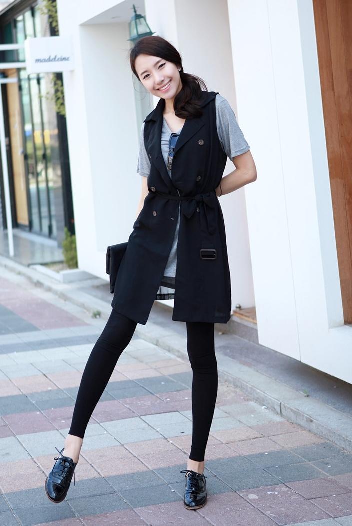 Vest nữ dài kết hợp với giày đen cùng tông màu tạo cá tính cho bạn gái.