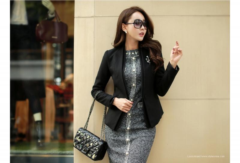 Phụ kiện cài áo, túi xách cầm tay tô điểm cho bộ trang phục thêm duyên dáng và sang trọng.