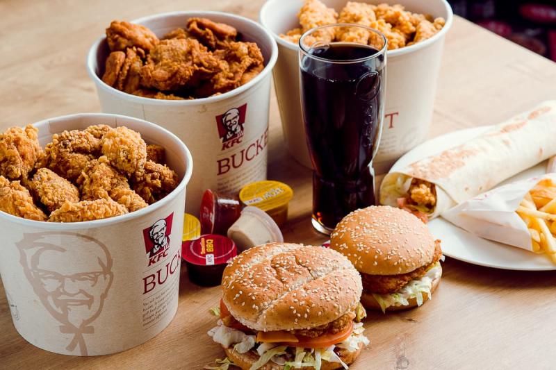 Gà rán KFC kết hợp cùng khoai tây chiên và nước ngọt sẽ tạo nên một bữa tiệc hoành tráng, khiến bạn mê đắm.