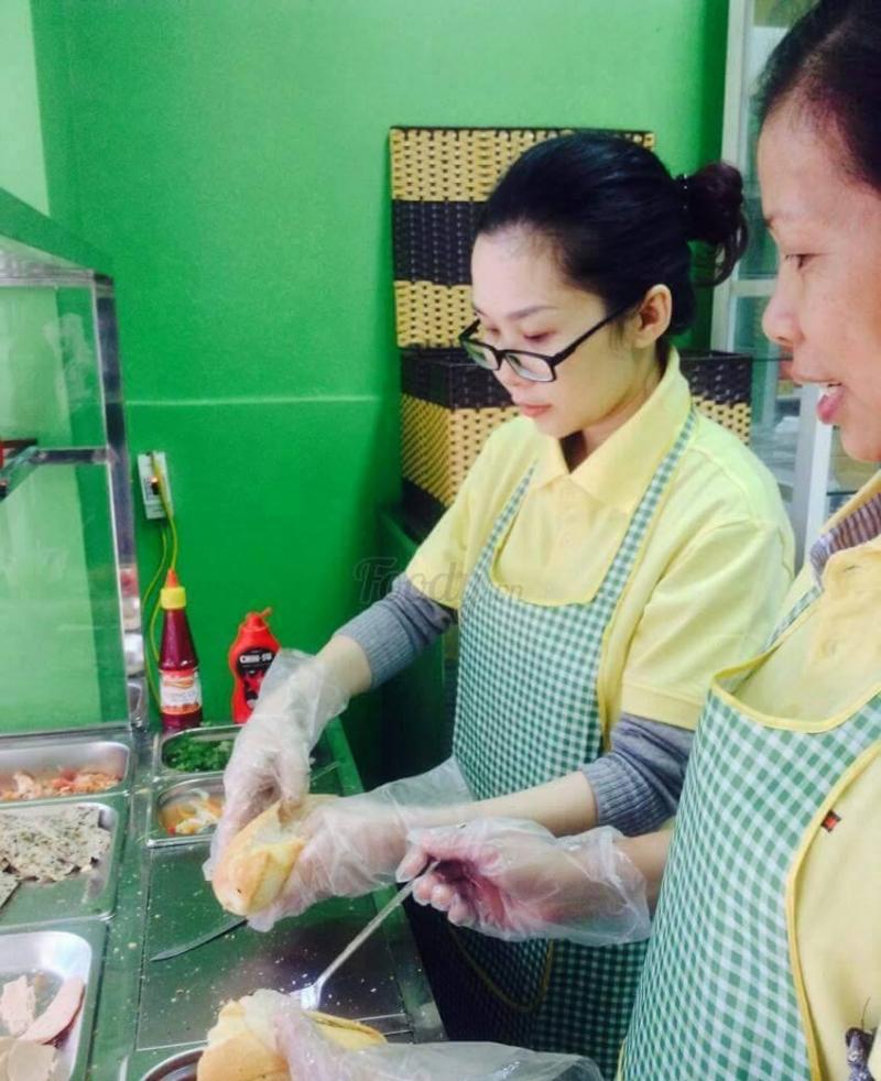 Nhân viên được trang bị bao tay trước khi làm đồ ăn