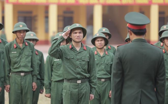 Khắc Việt trong hình bộ quân phục của người lính