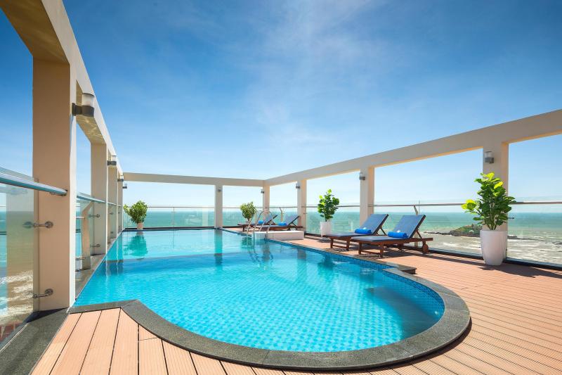 Hồ bơi khách sạn Corvin
