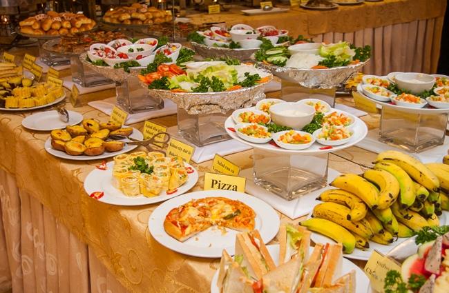 Khách sạn còn có thêm dịch vụ phục vụ buffet và nhiều món ăn cực kỳ hấp dẫn