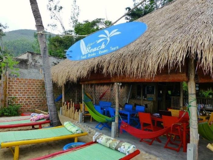 Life's A Beach tọa lạc tại khu làng chài ven biển ở Bãi Xép do hai thanh niên người Anh xây dựng nên