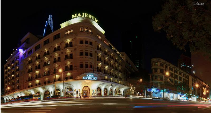 Khách sạn Majestic về đêm