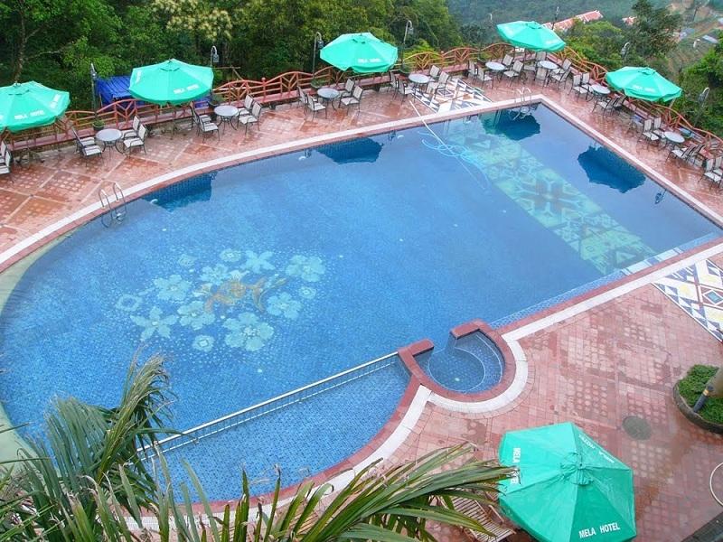 Bể bơi ngoài trời được thiết kế theo phong cách Mosaic