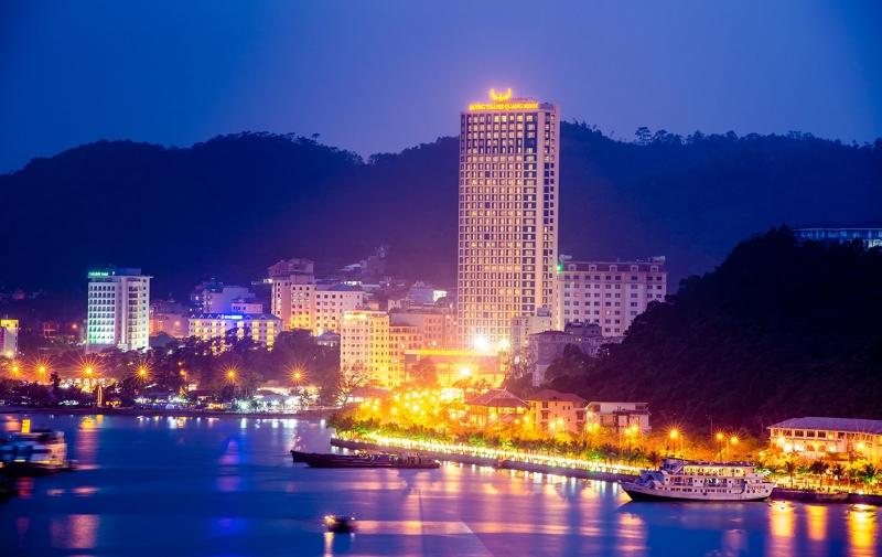Khách sạn Mường Thanh lộng lẫy dưới ánh đèn buổi tối khi nhìn từ xa