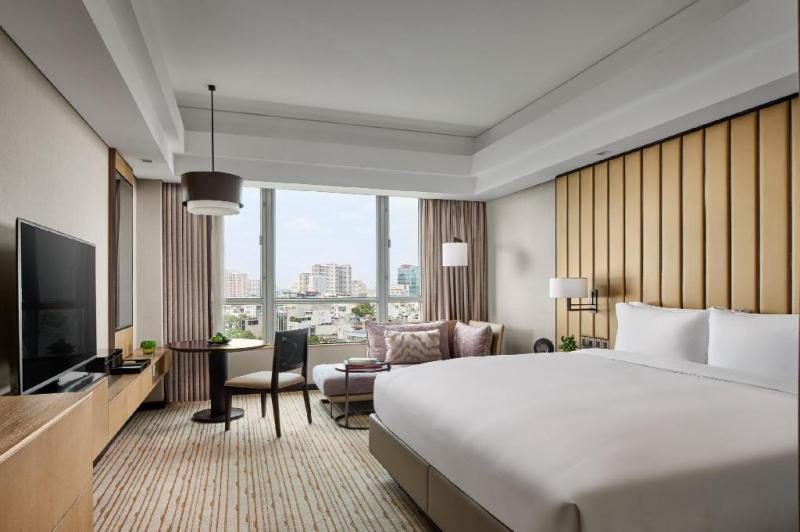 Phòng ở hiện đại, tiện nghi với view nhìn đẹp tại khách sạn New World