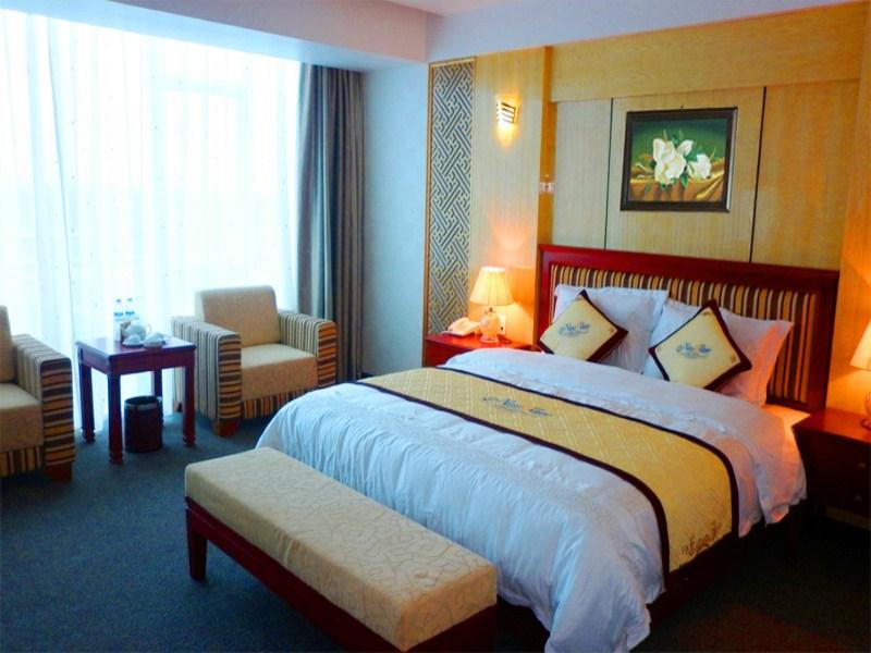 Phòng khách sạn được thiết kế theo lối kiến trúc hiện đại, nhưng đơn giản, không nhiều chi tiết thừa thãi, mang đến cảm giác sang trọng, thoải mái.