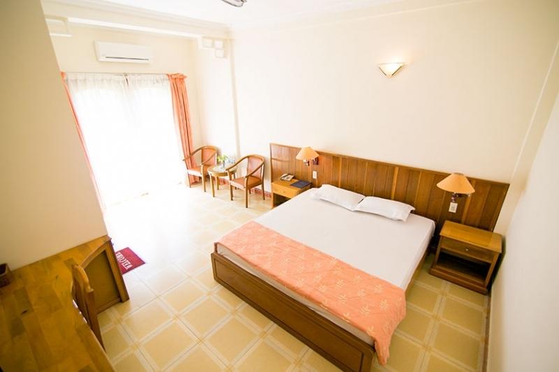 Phòng rộng rãi, có máy lạnh được trang bị két an toàn, wifi miễn phí, mini bar và khu vực tiếp khách