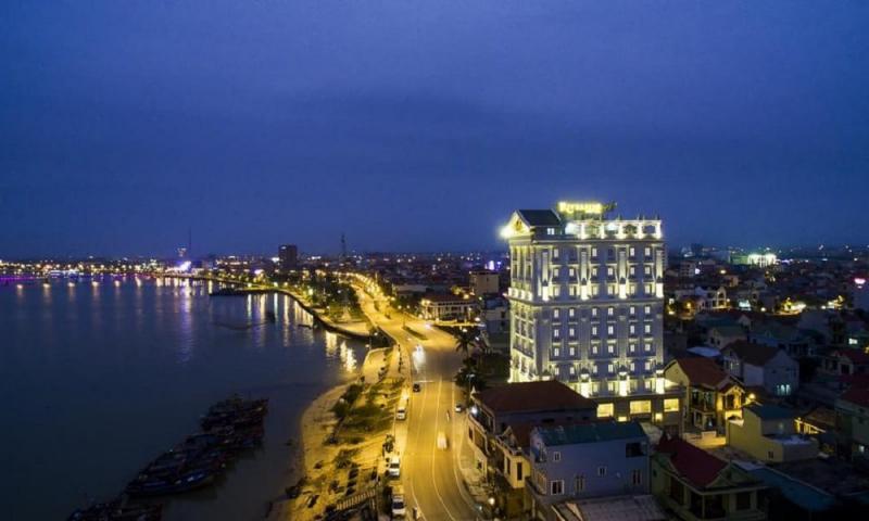 Khách sạn Riverside được xây dựng theo phong cách kiến trúc Pháp sang trọng