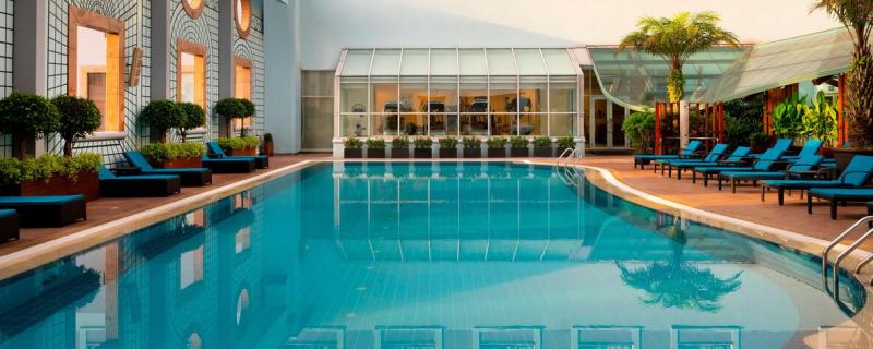 Phòng tập thể hình có hướng nhìn ra hồ bơi ngoài trời