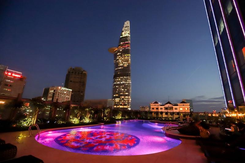 Hồ bơi như một màn trình diễn ánh sáng hài hòa với Sài Gòn về đêm, đẹp như một bức tranh thủy mặc