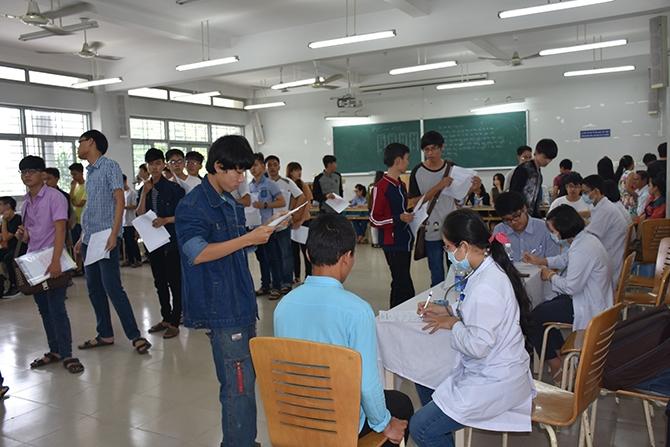 Sinh viên ĐH Sư phạm kỹ thuật khám sức khỏe khi nhập học