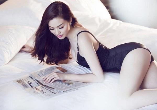 Đường cong nóng bỏng của Khánh My trong bộ đồ ngủ