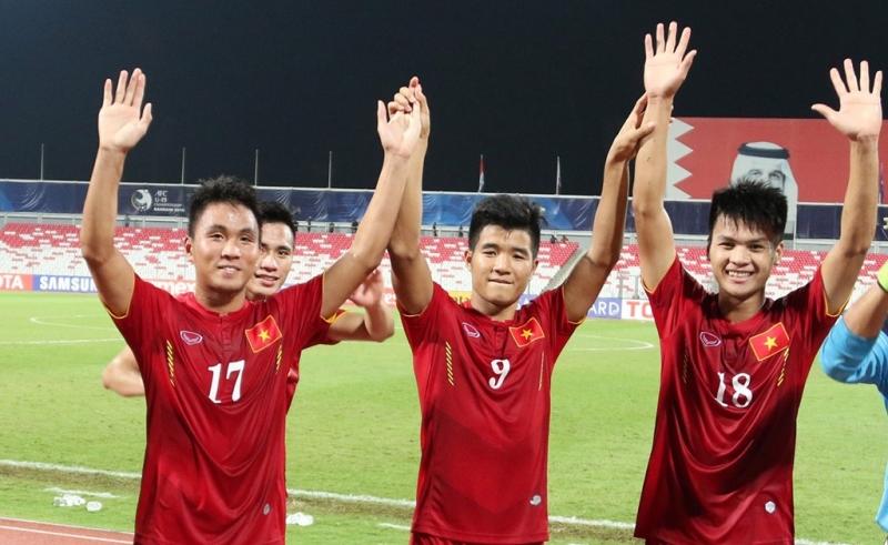 Các cầu thủ U19 cảm ơn người hâm mộ