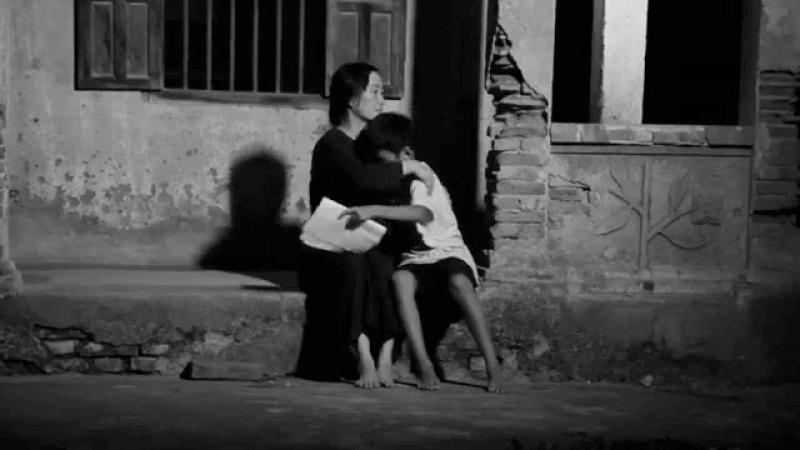 Khi con còn nhỏ, mỗi khi lỗi lầm hay bị bạn bè bắt nạt, con đều sà vào lòng Mẹ, Mẹ luôn giang tay ôm con vào lòng, vỗ về an ủi, thứ tha, bao dung không giới hạn
