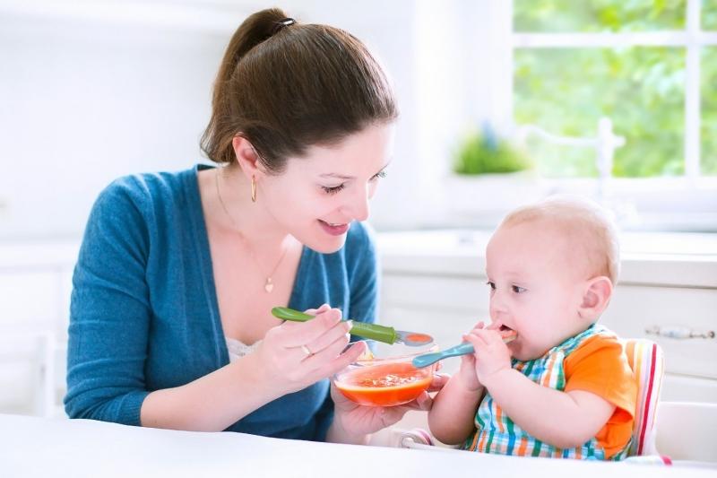Khi trẻ được 6 tháng tuổi thì mới nên cho trẻ ăn dặm