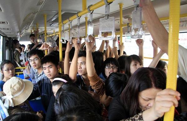 Chen lấn trên xe buýt