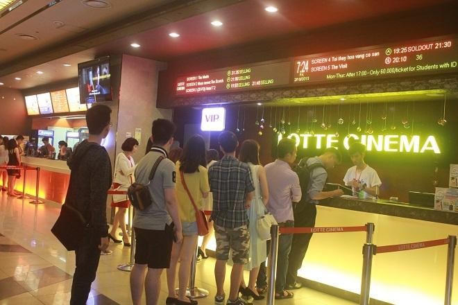 Xếp hàng khi mua vé xem phim