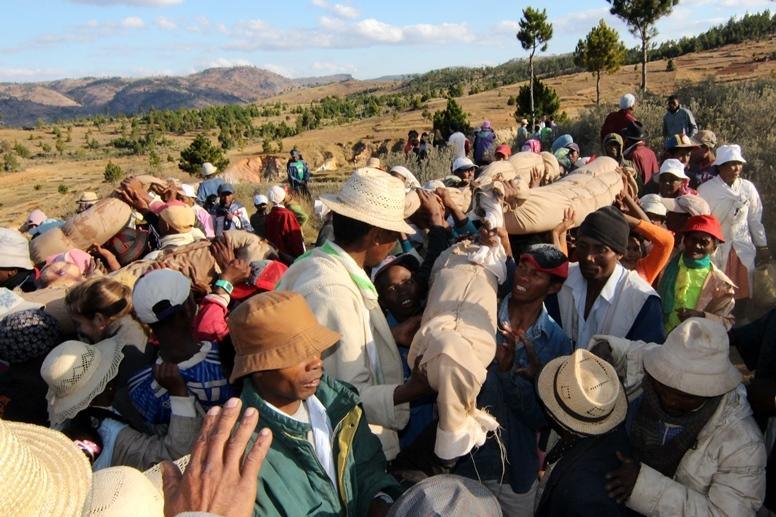 Famadihana là một lễ hội lớn đối với người Madagascar