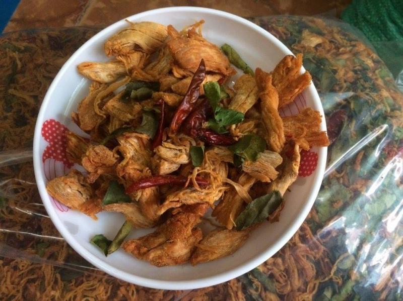 Những thớ thịt dày, cay cay, ngọt ngọt làm nên chất riêng, đặc biệt của Khô gà Linhpi