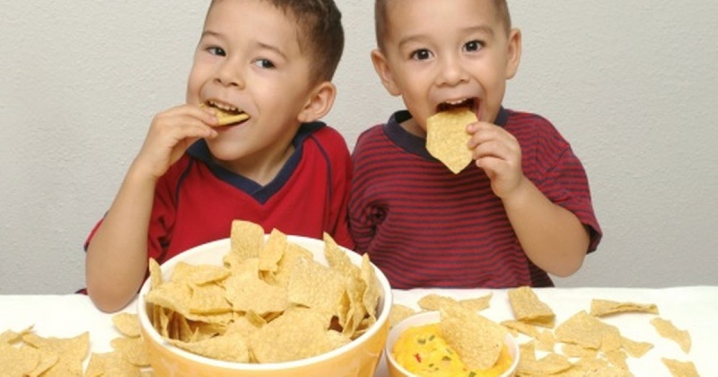 Không nên để trẻ ăn vặt giữa các bữa ăn