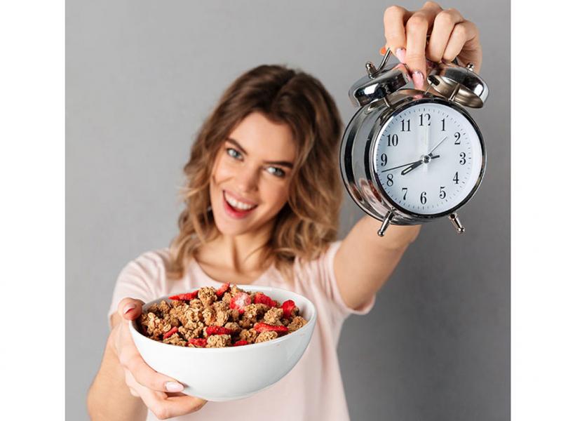 Không nên ăn quá nhiều khi đói khiến dạ dày không tiêu hóa kịp dẫn tới gia tăng lượng mỡ thừa