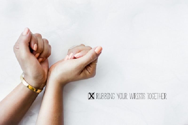 Không chà xát cổ tay sau khi xịt nước hoa
