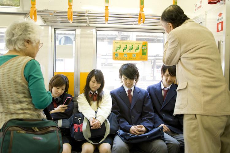 Không có quy tắc nhường ghế khi lên xe