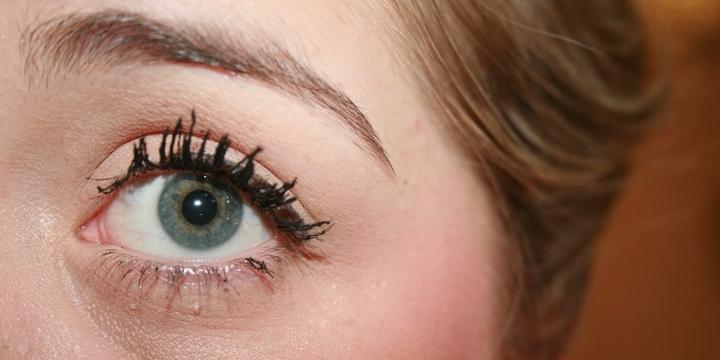 Khi dùng mascara bị quá khô, mi sẽ dễ bị vón cục