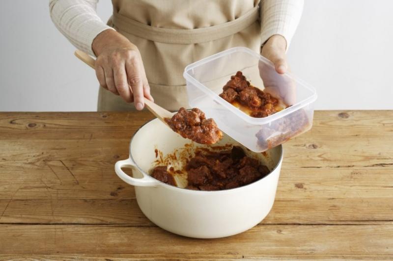 Trữ đồ ăn thừa trong vật chứa sạch và đã được đậy kín bằng nắp hoặc bằng màng nilon