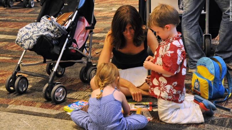 Cùng chơi những trò chơi nhẹ nhàng với trẻ trong khi đợi lên máy bay hoặc tàu