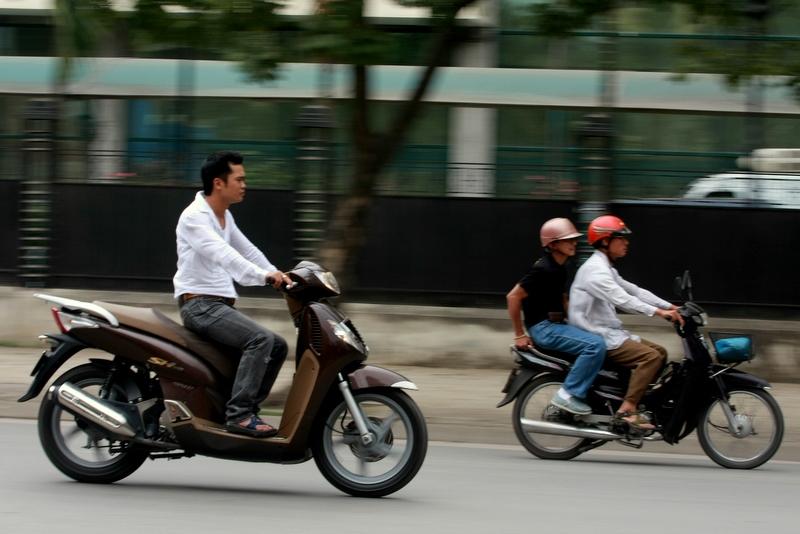 Không đội mũ bảo hiểm khi tham gia giao thông