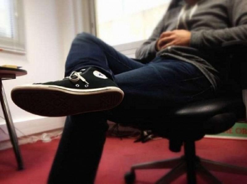 Đế giày là đồ vật bẩn thỉu, tượng trưng cho những gì xấu xa