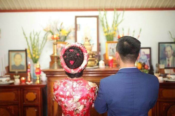 Việc chuẩn bị bàn thờ gia tiên là điều không thể thiếu sót trong lễ cưới.