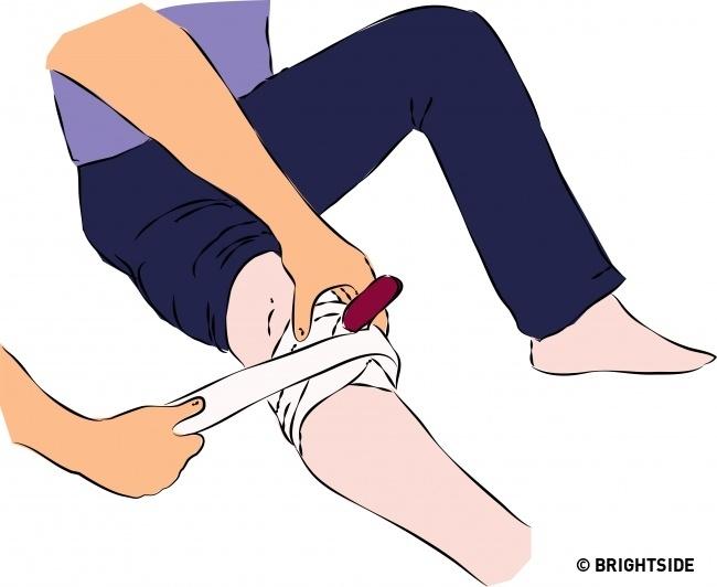Không được tháo dao hoặc vật sắc nhọn ra khỏi vết thương khi băng bó